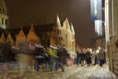 Une manifestation passe devant l'église Notre-Dame
