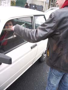 Tractage aux automobilistes (photo Jules Aimé)