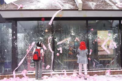 L'attaque de Mc Donald, symbole de précarité avec des oeufs de la farine et du papier toilettes. (lundi 22 mars - photo Jules Aimé)