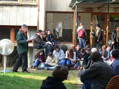 Un cours est effectué dehors le premier jour du blocus des facs