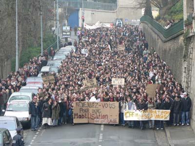 Premère manifestation après le blocus des facs. Elle réunit 2000 étudiants ! Le blocus des facultés est un succés, il continuera... tant que les étudiants le décideront. (mardi 14 février 2006)