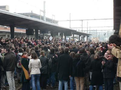 Première manifestation depuis le blocus des facs, première action Coup de Poing. 500 étudiants bloquent la gare. (mardi 14 février 2006)