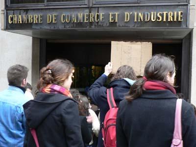 Les étudiants entrent dans la Chambre de Commerce et d'Industrie de la Vienne : ils réclament un RDV avec le préfet. (mardi 14 février 2006)
