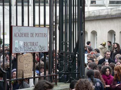 Les étudiants devant le rectorat. Ils réclament des informations plus claires concernant les postes au CAPES et CAPEPS. (mardi 14 février)