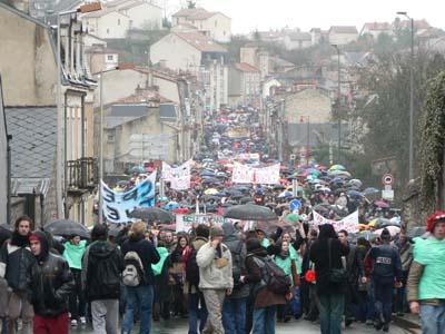 Les parapluies sont plus visibles que les manifestants