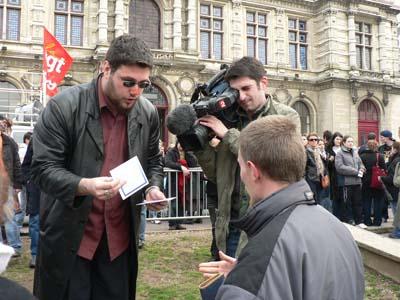 Vente du CD de la manif (par les Camé & Co) avant une manifestation
