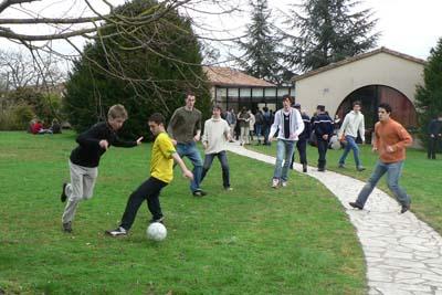 Une partie de foot est organisée sur la pelouse du MEDEF