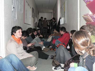 Occupation des locaux de l'IUFM de Poitiers  (les revandications concernant le nombre de poste aux concours de l'enseignement était primordial pour les manifestants de Poitiers) (mercredi 30 mars 2006)