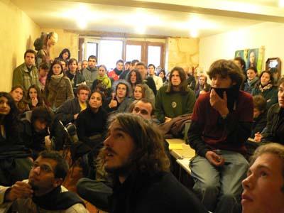 La coordination écoute le discours de D. de Villepin au journal de 20h le 10 avril. De longues discussions suivirent sur l'avenir du mouvement.