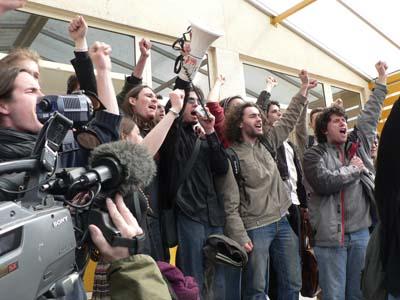 """Devant l'amphi J, où les résultats des scrutins étaient donnés, les étudiants les plus impliqués entonnent l'hymne du Mouvement de Poitiers :  """"Marchez, Chantez, Manifestez"""", une reprise de la Marseillaise. (mardi 11 avril 2008)"""