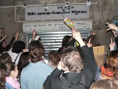 Manif de nuit devant l'UMP (le 13 avril 2006)